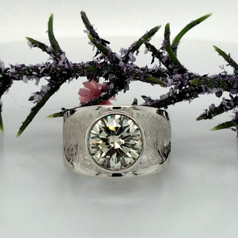 Picture of silver ring with diamond